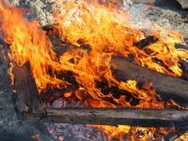 De houten brandwonden van het bouwpuin met een heldere vlam stock afbeeldingen