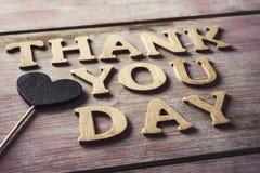 De houten brieven die de tekst vormen danken u dag stock foto