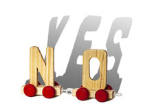 De houten brieven maakt nr en de schaduw is JA Royalty-vrije Stock Fotografie