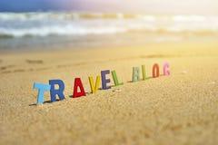De houten brieven van de REISblog op het strand Stock Foto