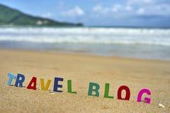 De houten brieven van de REISblog op het strand Stock Afbeeldingen