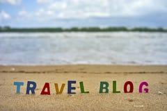 De houten brieven van de REISblog op het strand Stock Foto's