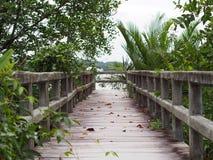 De houten brug die zich uitrekt Stock Foto