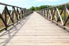 De houten brug gaat naar een afstand, vooruitzicht Royalty-vrije Stock Fotografie