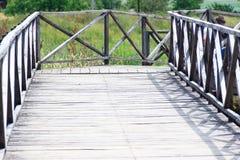 De houten brug gaat naar een afstand, vooruitzicht Stock Foto's