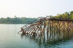 De houten brug is gebroken. Stock Afbeeldingen