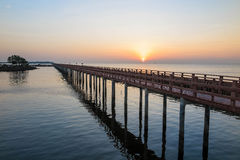 De houten brug in het overzees met zonsopgang in de ochtend in Bangkok Royalty-vrije Stock Afbeeldingen