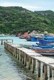 De houten brug met vissersboten in Phan belde, Vietnam Stock Afbeeldingen