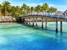 De houten brug over het overzees en de loges Royalty-vrije Stock Fotografie