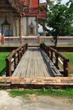 De houten brug in Thaise tempel, Wat Chulamanee is een Boeddhistische tempel het een belangrijke toeristische attractie in Phitsa stock afbeeldingen