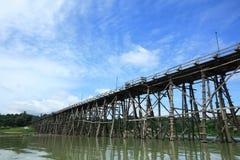 De houten brug van Mon tegen blauwe hemel in Sangklaburi Stock Foto