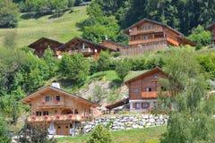 De houten Chalets/brengen binnen op Alpiene Berg onder Royalty-vrije Stock Afbeelding