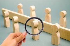 De houten cijfers van mensen worden gescheiden door een barri?re sociale klassen Concurrentie tussen teams het concept misverstan royalty-vrije stock fotografie