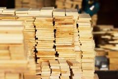 De houten close-up van het houtbouwmateriaal voor achtergrond en textuur Stapel houten spaties bij de zaagmolen stock afbeelding