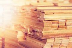 De houten close-up van het houtbouwmateriaal voor achtergrond en textuur Stapel houten spaties bij de zaagmolen stock afbeeldingen