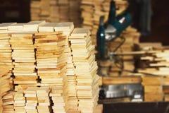 De houten close-up van het houtbouwmateriaal voor achtergrond en textuur Stapel houten spaties bij de zaagmolen Cirkelzaag op bac stock foto's