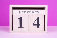 De houten datum van de valentijnskaartendag Stock Afbeelding