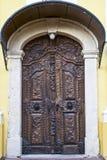De houten deur in barokke stijl Stock Afbeelding