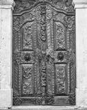 De houten deur in barokke stijl in de zwarte van Sremski Karlovci en w Royalty-vrije Stock Foto