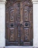 De houten deur in barokke stijl in Sremski Karlovci 1 Royalty-vrije Stock Foto's