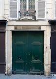 De houten deur van de boogingang in Parijs Stock Foto's