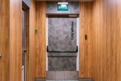 De houten deur van de nooduitgangnoodsituatie royalty-vrije stock fotografie