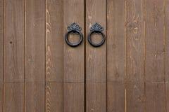 De houten Deuren met Metaal trekt Royalty-vrije Stock Afbeelding