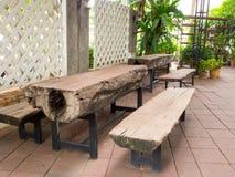 De houten die lijst met benen van staal worden gemaakt, is groot Stock Foto's