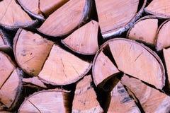 De houten die logboeken met van de schorsberk bruin eind als achtergrond worden gehakt barstten stapel rustieke brandstof als ach royalty-vrije stock foto's