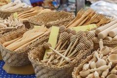 De houten die punten van het productenhuishouden bij de markt worden verkocht stock foto