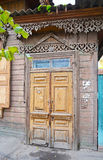 De houten dilapidated deuren Oude ingangen in Irkoetsk Stock Foto