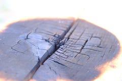 De houten doos brandt tot de brand zwart is stock foto's