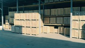 De houten dozen in een pakhuis, sluiten omhoog
