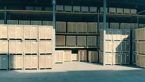 De houten dozen onder een zonlicht, sluiten omhoog