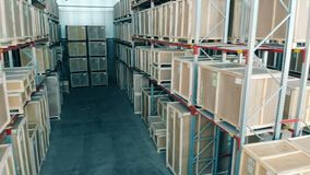 De houten dozen op rekken, sluiten omhoog stock footage