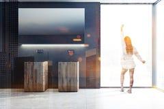De houten dubbele zwarte ruimte van de badkamersgootsteen, vrouw royalty-vrije illustratie