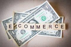 De houten Elektronische handel van het blokwoord en Dollarbankbiljet Stock Foto