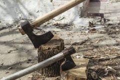 De houten en oude bijl van de logboekbrand Stock Foto's