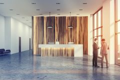 De houten en witte gestemde hal van het ontvangstbureau Stock Afbeelding
