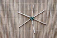 De houten gelijken met groene fosforachtige hoofden zijn verspreid op de lijst stock foto