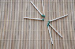 De houten gelijken met groene fosforachtige hoofden zijn verspreid op de lijst royalty-vrije stock afbeeldingen