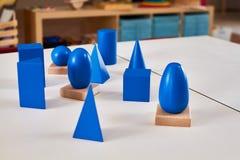 De houten geometrische stevige volumes van Montessori stock afbeelding