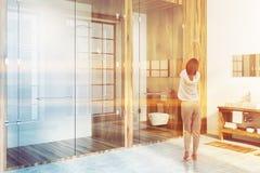 De houten gootsteen van de luxebadkamers en douche, vrouw Stock Afbeelding