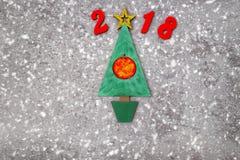 De houten Groene Kerstboom en ondertekent 2018 van houten redletters, grijze concrete achtergrond Gelukkige nieuwe jaar 2018 acht Royalty-vrije Stock Afbeeldingen