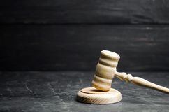 De houten hamer van de rechter Het concept van de WET Hof en vonnis Rechtvaardigheid en wettigheid Wetgevers, overheidsdienst vei royalty-vrije stock foto