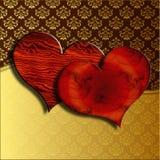 De houten harten van de Valentijnskaart op damast Stock Foto