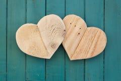 De houten harten van liefdevalentijnskaarten op turkoois geschilderde achtergrond Royalty-vrije Stock Afbeelding
