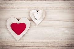 De houten harten van Valentine op een houten achtergrond Royalty-vrije Stock Foto's