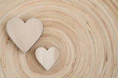 De houten harten van Valentine op een houten achtergrond Stock Afbeelding