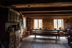 De houten hutten van de oude visser in etnisch park, Noorwegen Stock Foto's